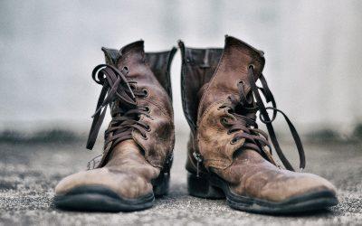 Schoenen op de vluchtstrook